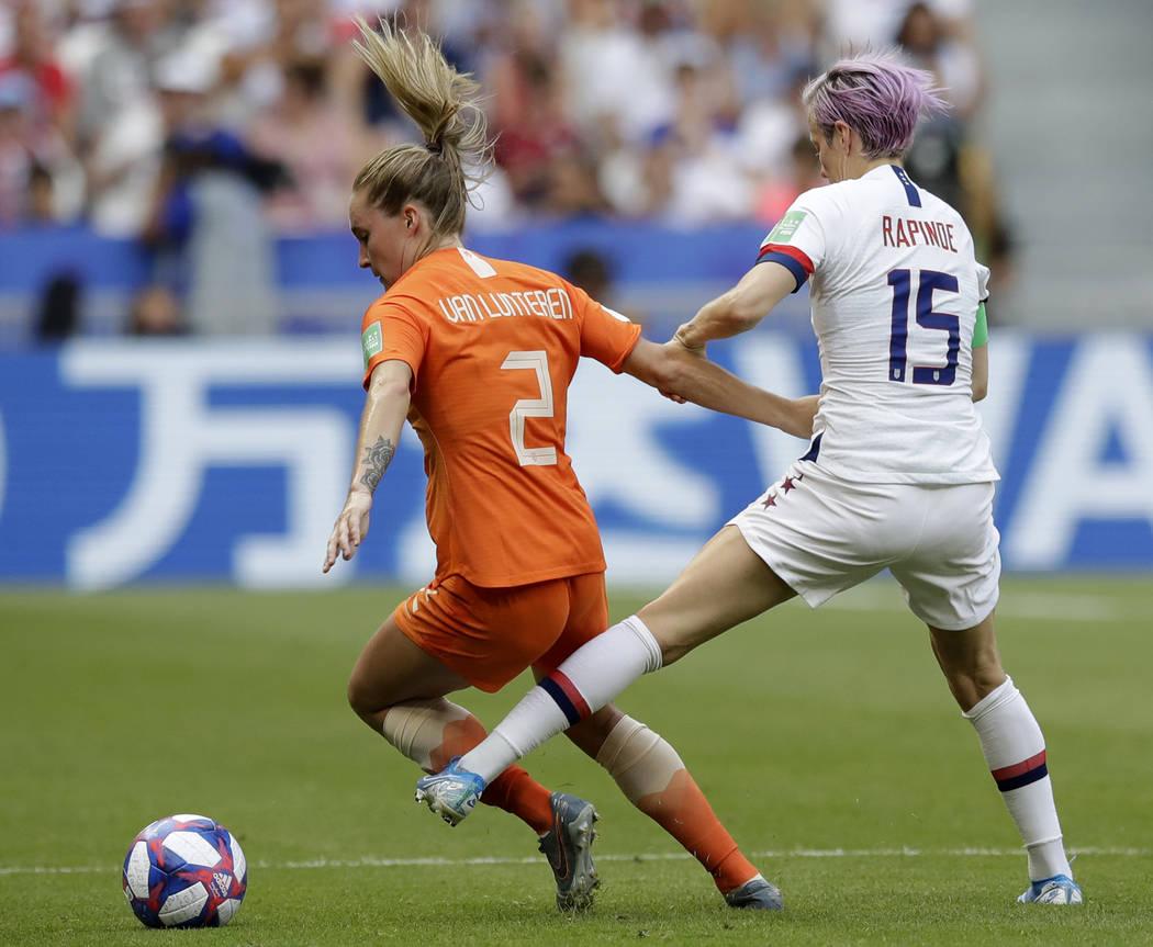 Megan Rapinoe, de Estados Unidos, derecha, desafía a Desiree Van Lunteren de Holanda, izquierd ...