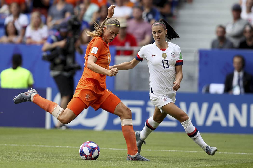 Anouk Dekker, de Holanda, a la izquierda, es desafiada por Emily Sonnett de Estados Unidos dura ...