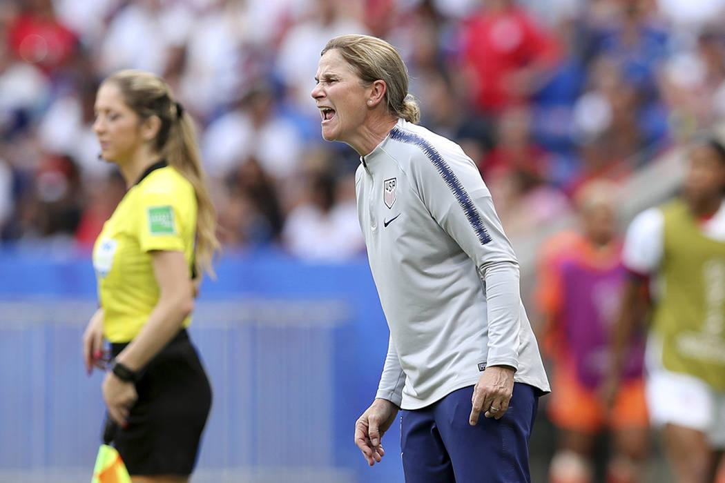 La entrenadora del equipo de Estados Unidos, Jill Ellis, grita instrucciones durante el partido ...