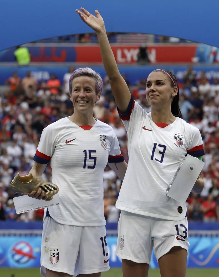 Megan Rapinoe, de Estados Unidos, a la izquierda, y su compañero Alex Morgan, a la derecha, de ...