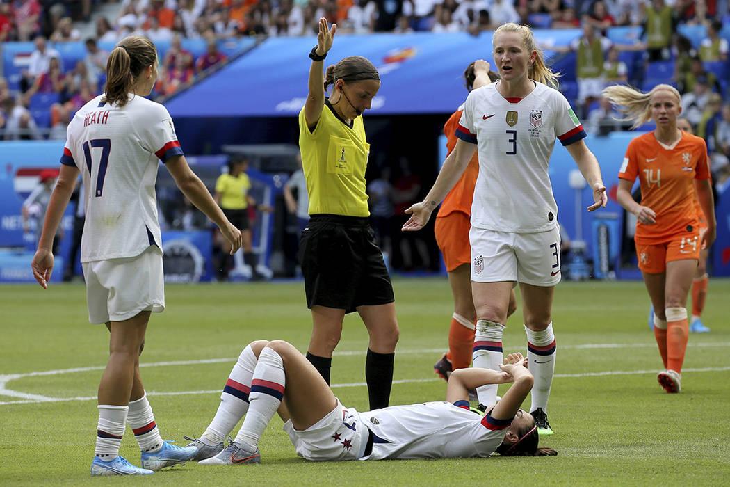 Alex Morgan, de Estados Unidos, descansa en el suelo después de que la acusaran de una falta d ...