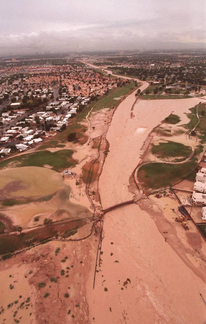 Campo de golf Desert Rose cubierto por inundaciones durante la mayor parte de las inundaciones ...