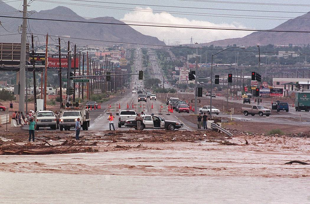 Las aguas de la inundación cruzan la carretera de Boulder, justo al norte de Russell Road. El ...