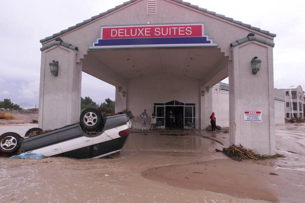 Un automóvil se encuentra frente al Ramada Deluxe Suites en Boulder Highway. (Las Vegas Review ...