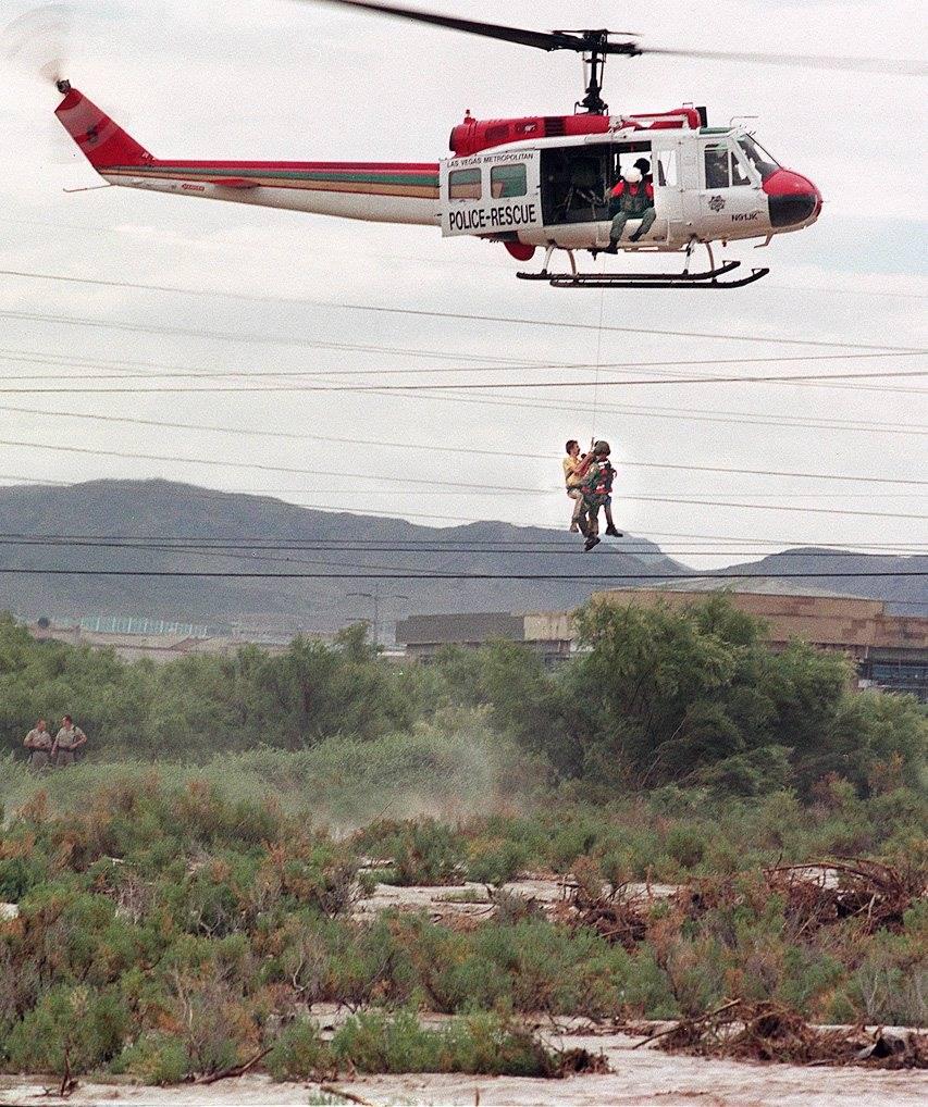 La policía de Las Vegas rescata a un hombre que estaba a salvo después de que su vehículo fu ...