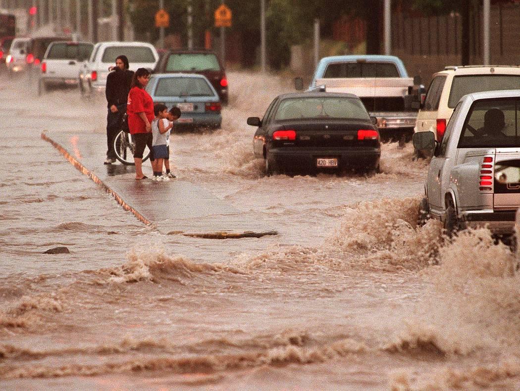 Una intersección inundada en Washington y Pecos. (Las Vegas Review-Journal)