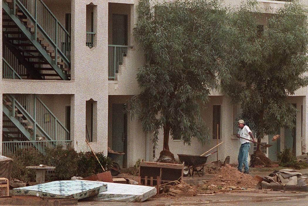 Un trabajador limpia los escombros de la inundación en el Hotel Ramada Limited en Boulder High ...