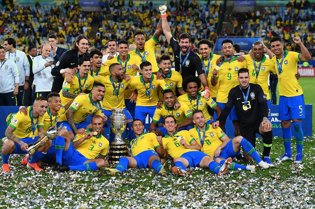 Río de Janeiro, 7 Jul 2019 (Notimex- Xinhua).- Jugadores de Brasil festejan con el trofeo al t ...
