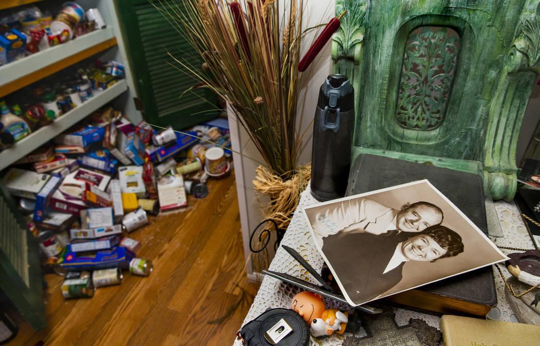 Artículos de despensa están esparcidos por el piso dentro de la casa de Zana Eisenhour y su e ...