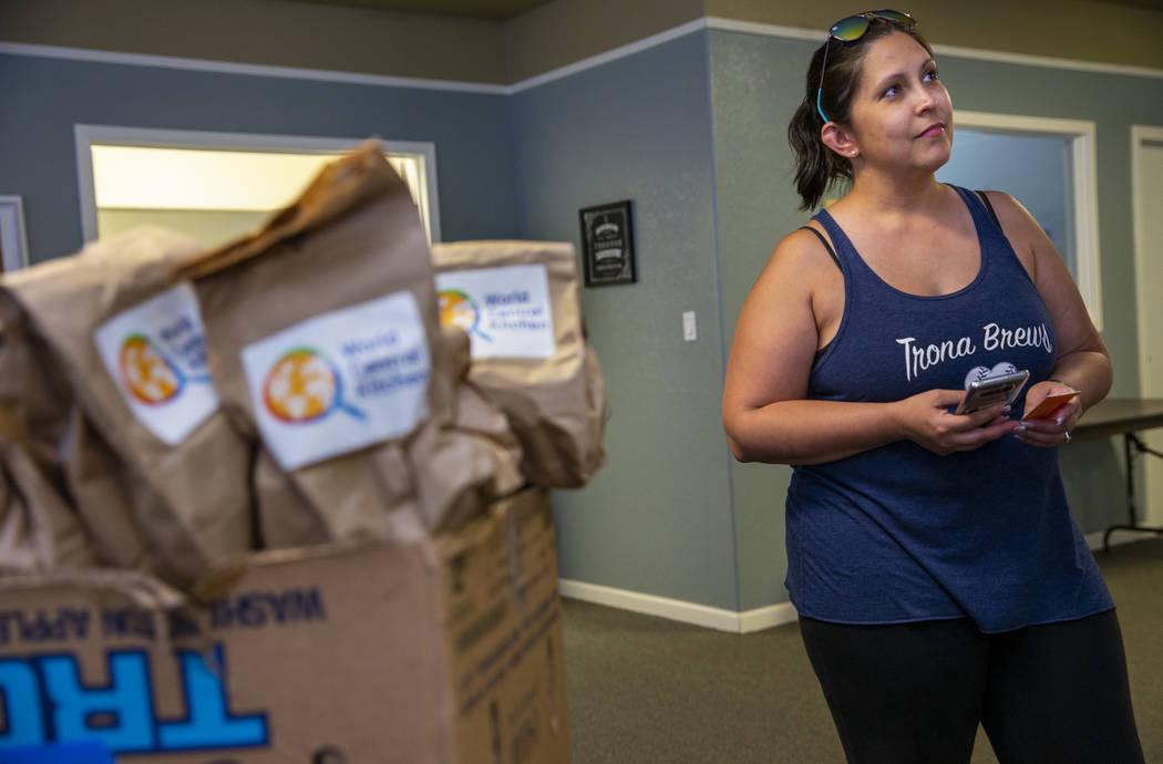 Julia Doss, presidenta de Trona Care, un grupo de la comunidad local, trabaja para coordinar la ...