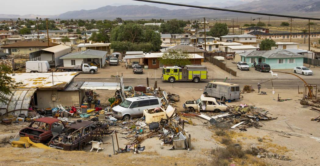 Un equipo de bomberos patrulla las numerosas casas en el vecindario de Pioneer Point que tienen ...