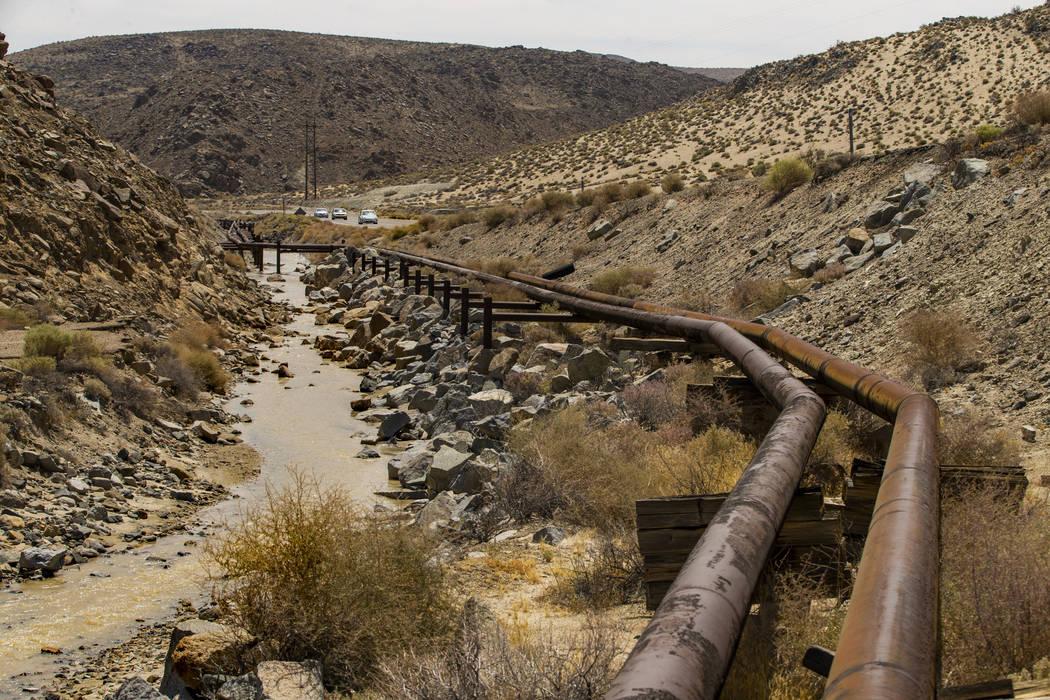 Las líneas de agua, que alimentan a Trona, California desde Ridgecrest, se filtran debido a lo ...