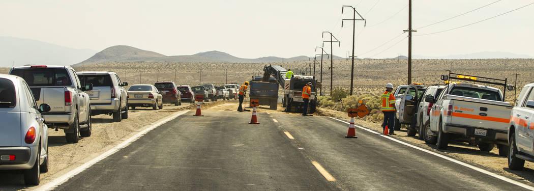 Un equipo de Caltrans continúa reparando las grietas extensas que se han abierto debido a los ...