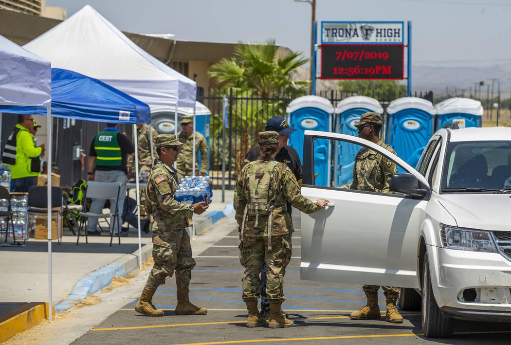 Las tropas de la Guardia Nacional de California en conjunto con los voluntarios del Equipo de R ...
