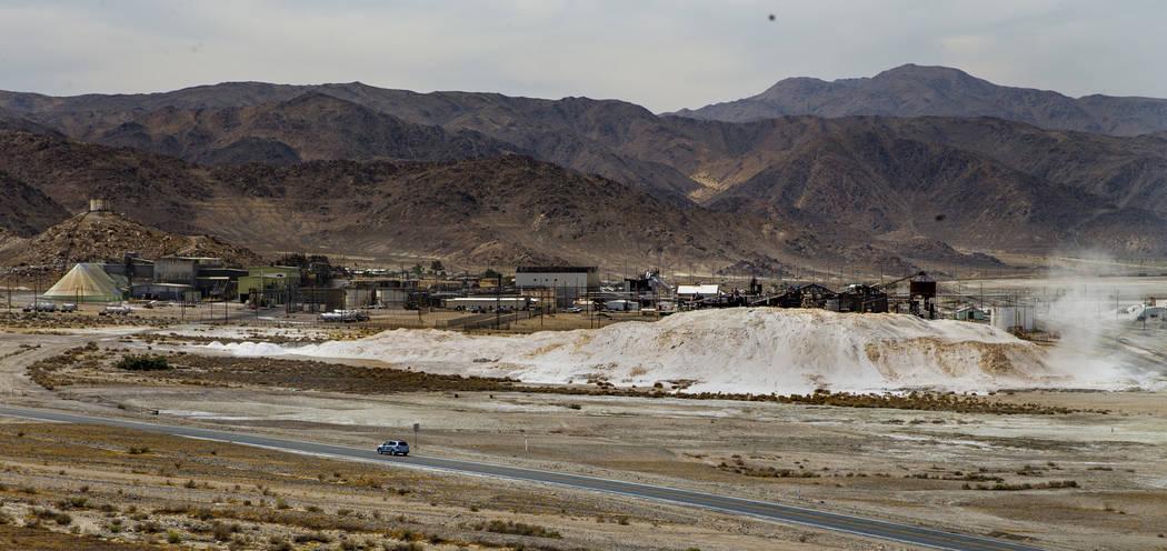 La planta de Searles Valley Minerals Westend se ve en Trona, California, el domingo 7 de julio ...