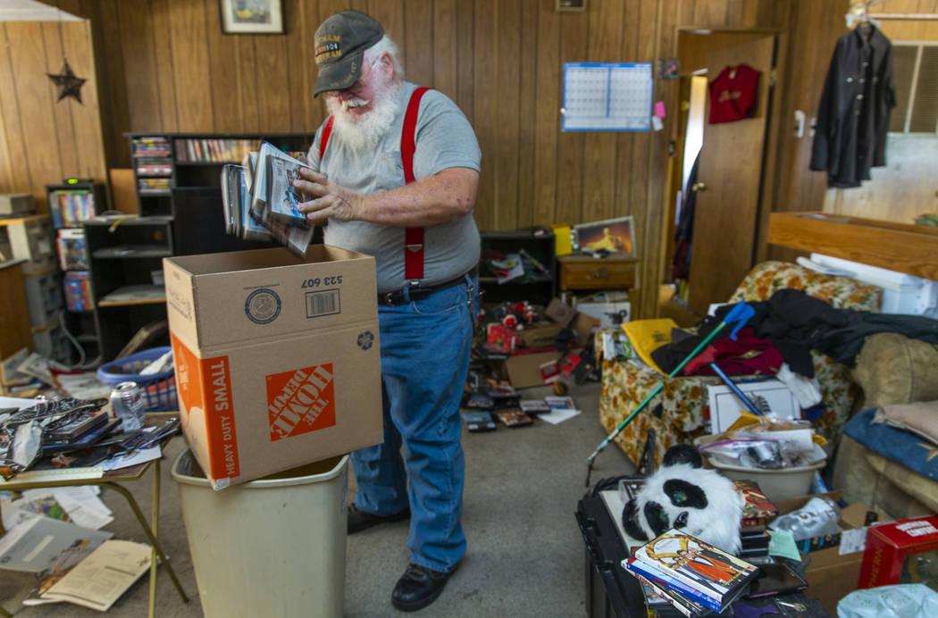 """Wynn """"Bear"""" Musser comienza a empacar algunos de sus artículos de medios desde su casa móvil ..."""