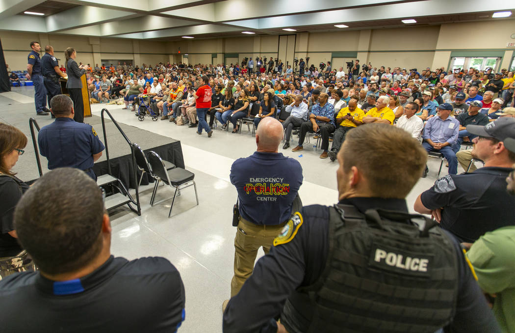 El jefe de la policía de Ridgecrest, Jed McLaughlin, habla durante una reunión del ayuntamien ...