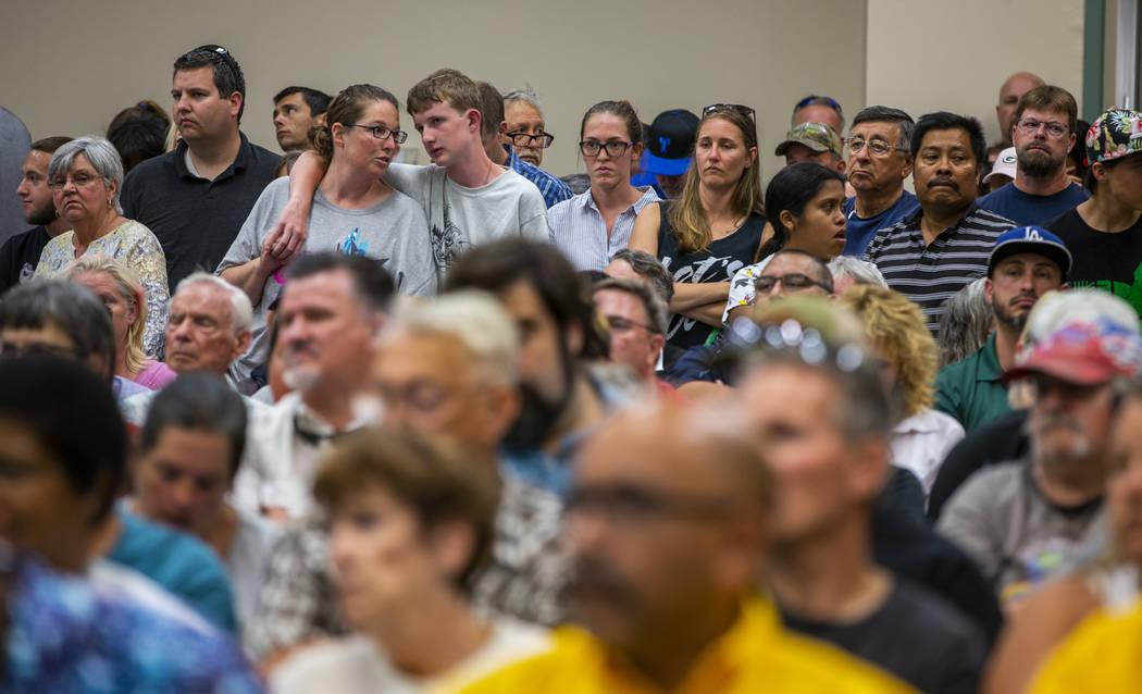 Los residentes y personal de la zona de Ridgecrest preparan una reunión municipal en el Centro ...