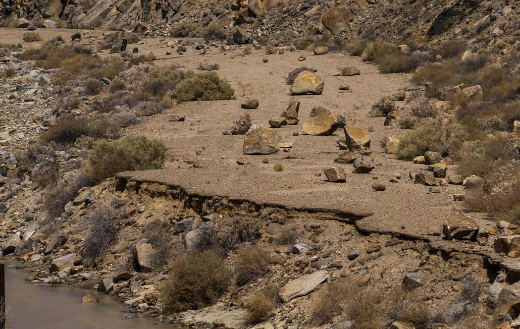 Las rocas se encuentran dispersas en una antigua vía de acceso a lo largo de un pequeño chorr ...