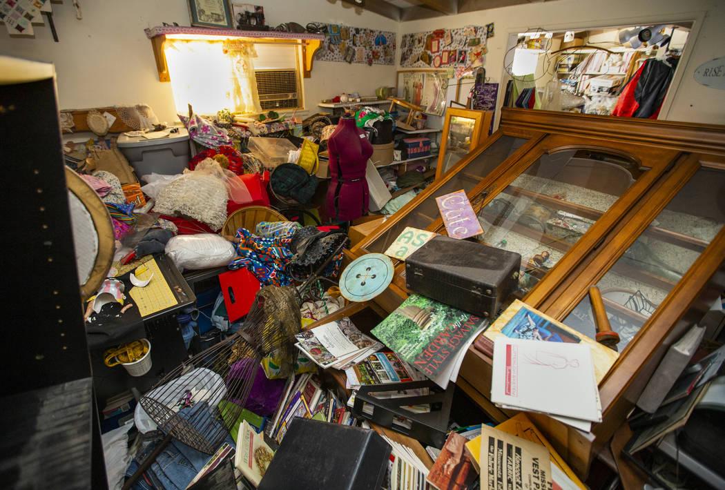 Los muebles y los elementos del proyecto se amontonan en una habitación en el vecindario Pione ...