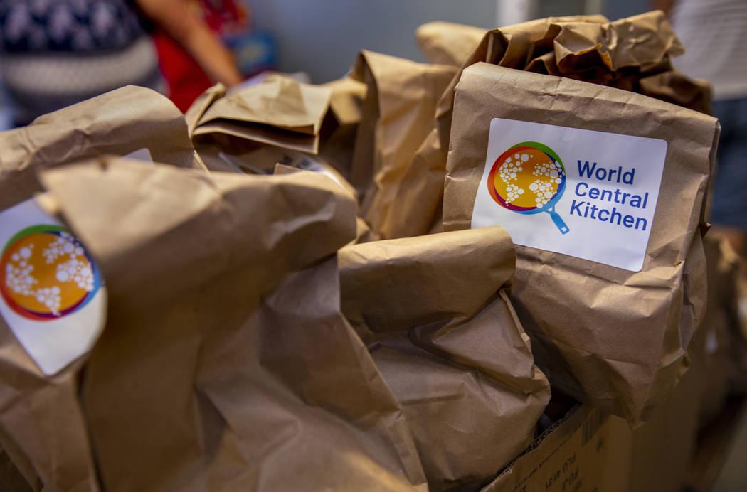 Sándwiches preparados por World Central Kitchen que se están organizando desde la iglesia Chr ...