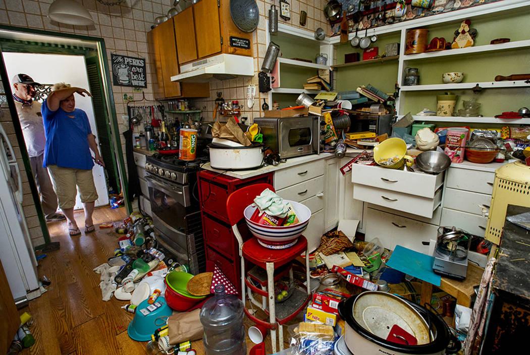 Zana Eisenhour y su esposo Charlie miran a su cocina dañada luego de un terremoto en la casa d ...
