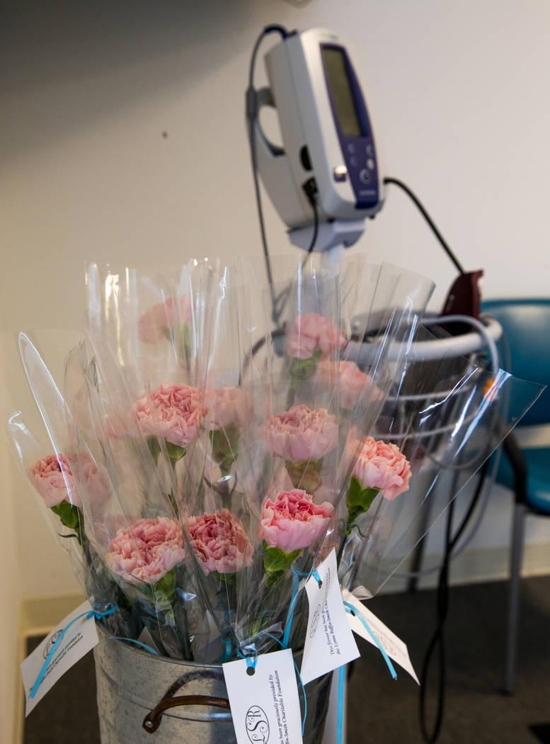 Las flores están listas para ser entregadas a cada paciente que ingrese al Centro de Salud Cer ...