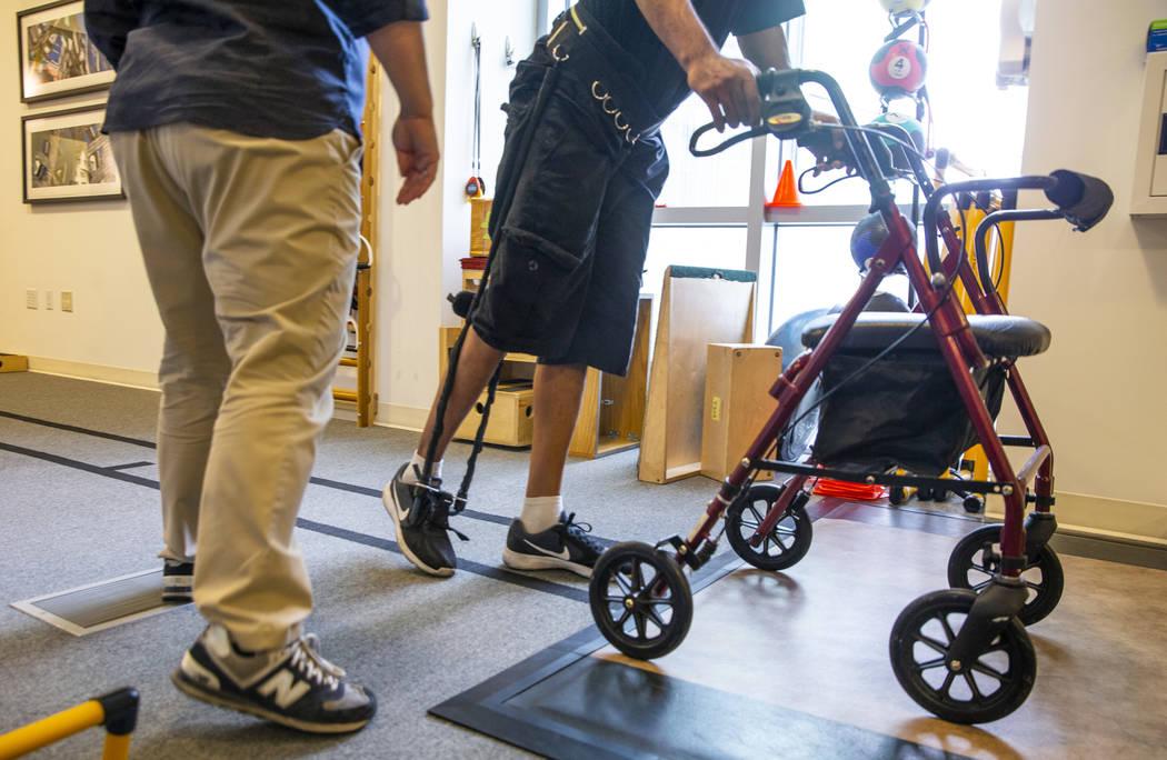 La fisioterapeuta Christine Ross trabaja con una paciente en un ejercicio de caminata en el dep ...