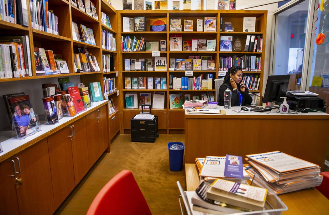 Lakita Arrinton administra la biblioteca para uso de pacientes en la Clínica Cleveland Lou Ruv ...