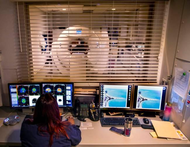 La tecnóloga Vanessa Martínez realiza una tomografía por emisión de positrones (TEP) para u ...