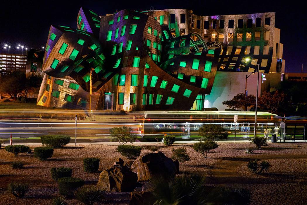 Las ventanas se bañan en verde desde el Centro de Eventos Keep Memory Alive diseñado por el r ...