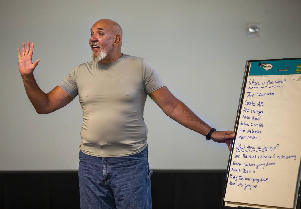 El voluntario Jay Nagle dirige una historia de grupo entre canciones, ejercicios y más durante ...