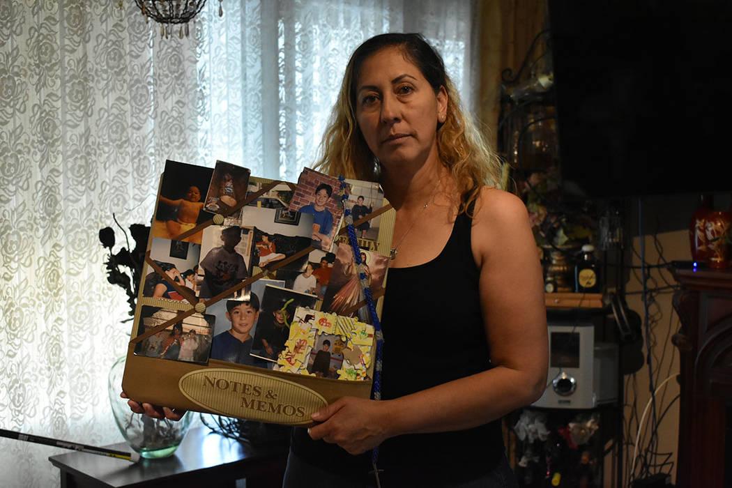 Alma González muestra fotografías de su hijo Óscar Padilla. Miércoles 24 de abril de 2019 e ...