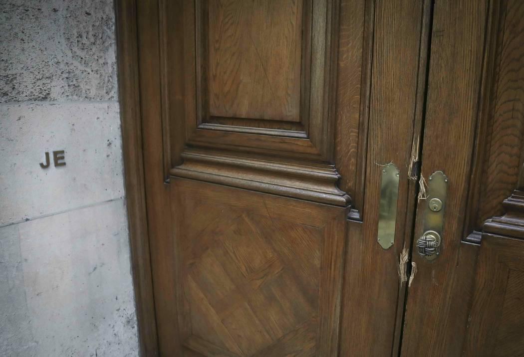 """Las iniciales """"JE"""" y daños en la entrada de la residencia de Jeffrey Epstein en Manhattan, el ..."""
