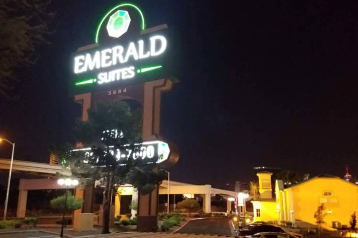 La policía de Las Vegas investiga un tiroteo fatal el lunes 8 de julio de 2019, detrás de un ...