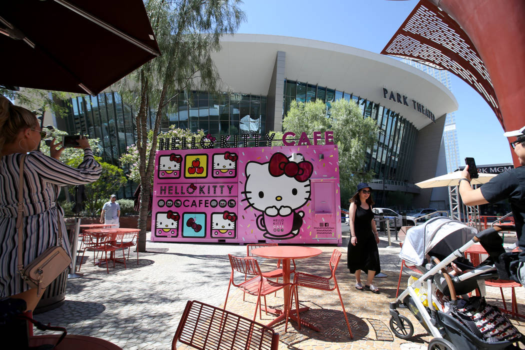 El Hello Kitty Cafe en The Park, ubicado en la Strip, cerca del T-Mobile Arena en Las Vegas, an ...