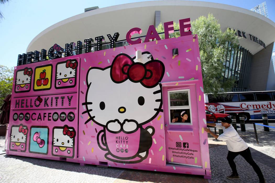 El dueño de Hello Kitty Cafe, Polo Nguyen, a la derecha, y Melissa Páez, Coordinadora de Desa ...
