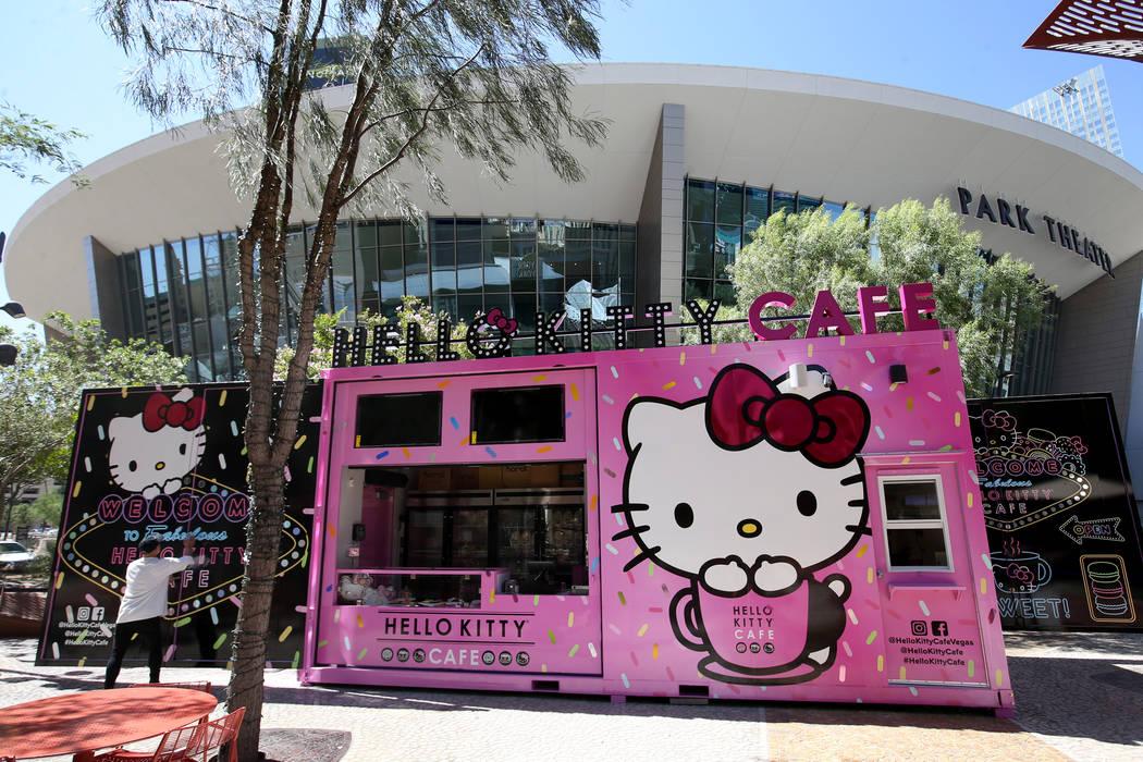 El dueño de Hello Kitty Cafe, Polo Nguyen, se prepara para un preestreno para los medios para ...