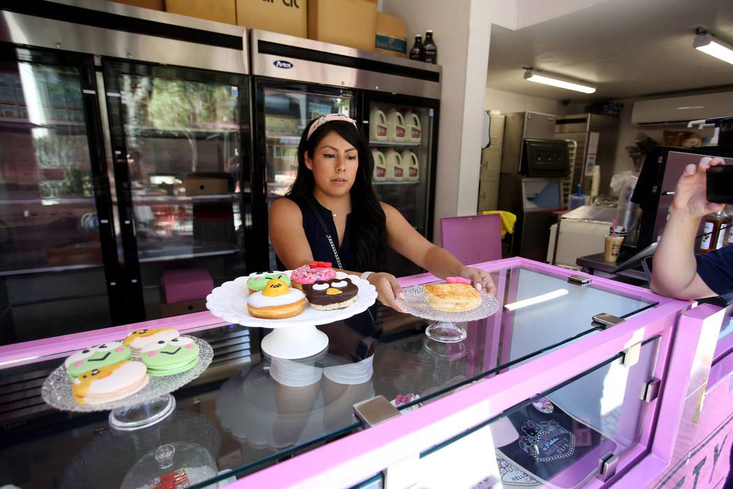 Melissa Páez, coordinadora de desarrollo comercial de Hello Kitty Cafe, se prepara para un pre ...