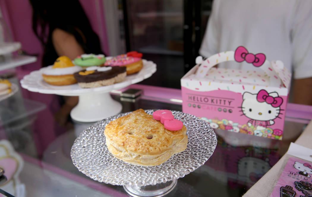 Pastelillos de fresa del Hello Kitty Cafe durante un preestreno para los medios en el local eme ...