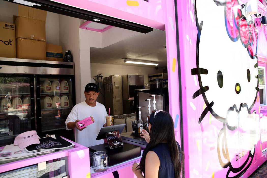 El propietario del Hello Kitty Cafe, Polo Nguyen, a la izquierda, y Melissa Páez, Coordinadora ...