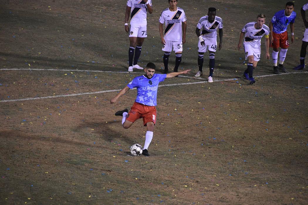 Irvin Raúl Parra (11) logró el empate mediante un tiro penal que él mismo ocasionó. Jueves ...