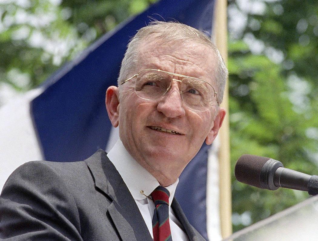 El ex candidato presidencial H. Ross Perot habla en un mitin en Austin, Texas, en esta foto de ...