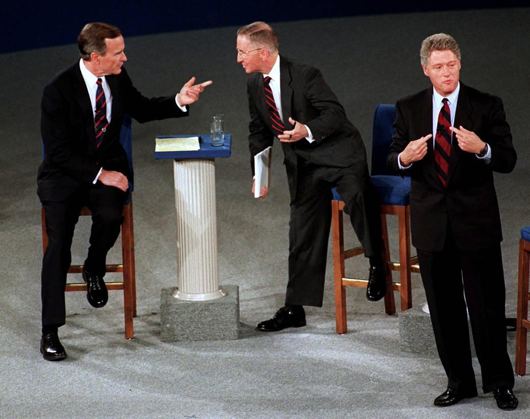 El ex presidente George H.W. Bush, a la izquierda, habla con el candidato independiente Ross Pe ...