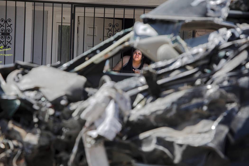 Un residente mira la escena de un accidente fatal en West Washington Avenue cerca de Decatur Bo ...
