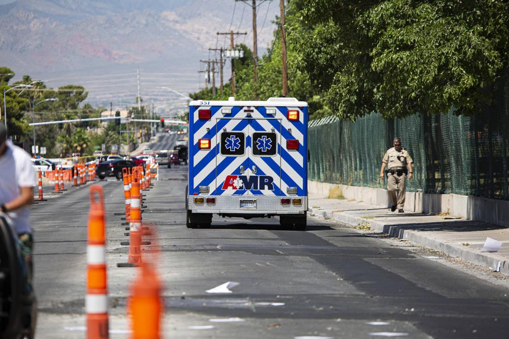 Una ambulancia se aleja de la escena de un accidente fatal en West Washington Avenue cerca de D ...
