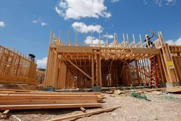Trabajadores construyen casas cerca de la esquina de Mesa Park Drive y Hualapai Way en Summerli ...