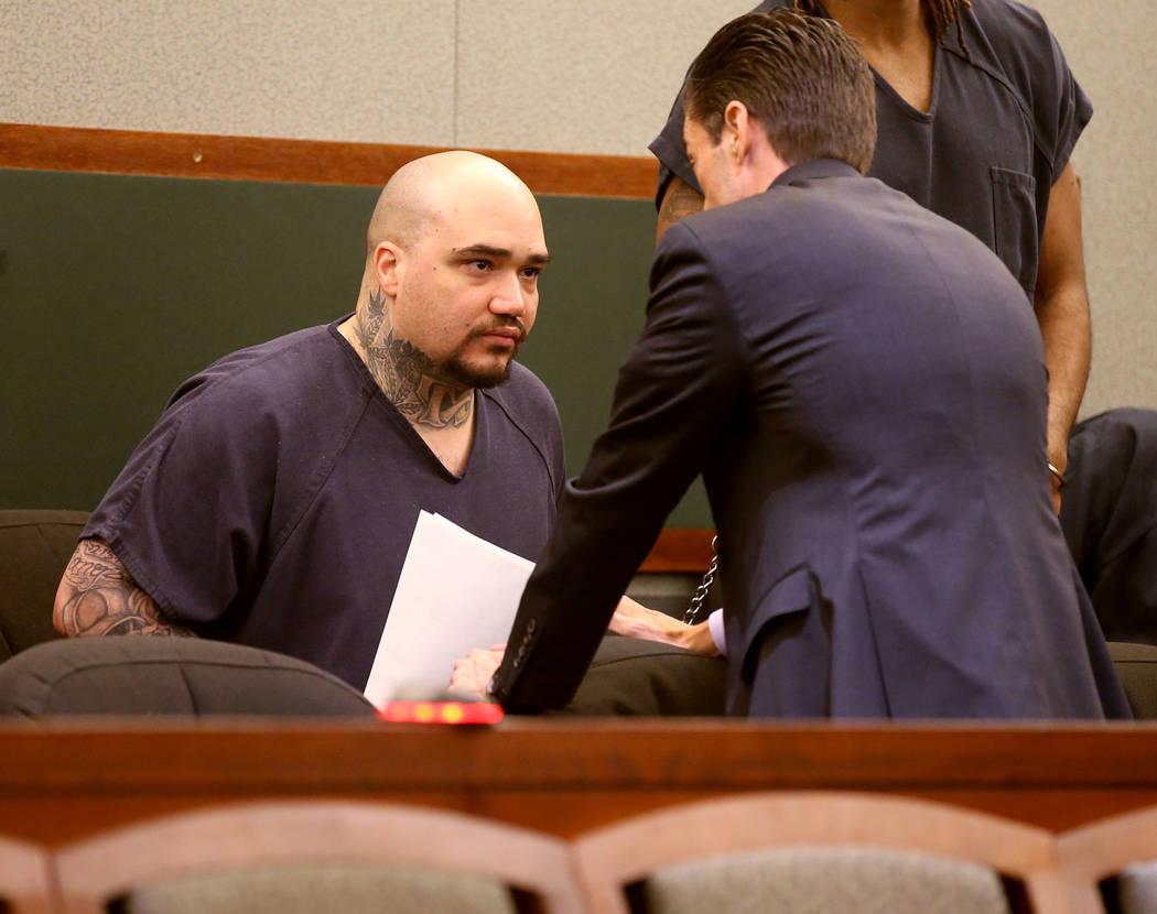 Christopher J. Weygant II, a la izquierda, habla con su abogado Abel Yanez durante una comparec ...