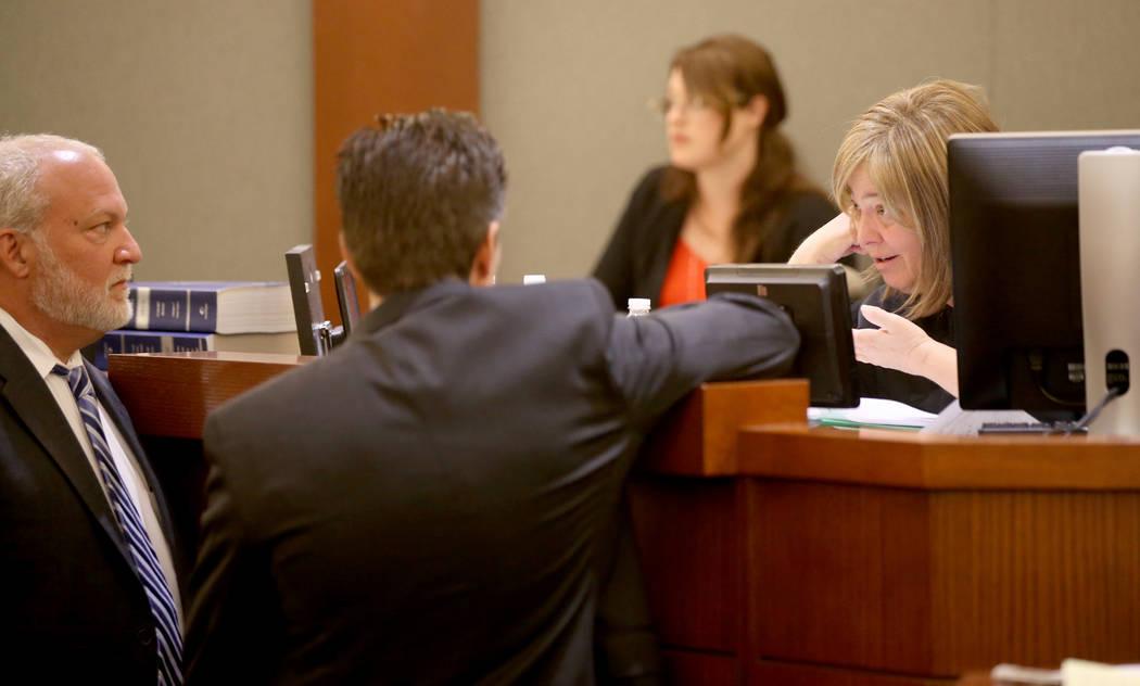 Abel Yanez, abogado de Christopher J. Weygant II, al centro, y el fiscal adjunto de distrito Ma ...