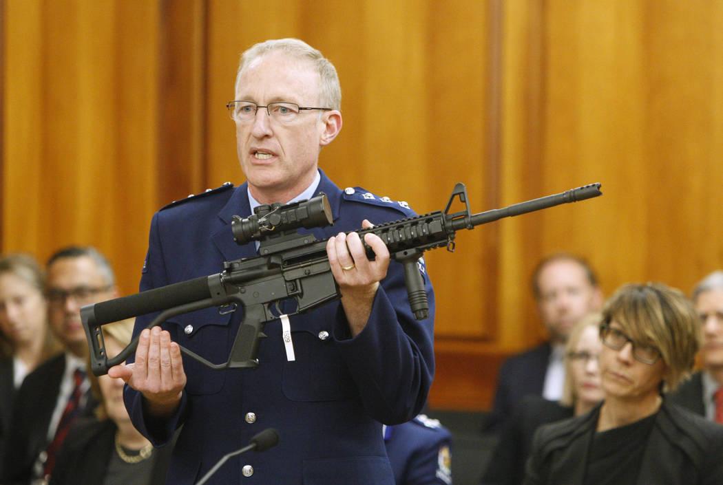 El superintendente interino de la policía Mike McIlraith muestra, el 2 de abril de 2019, a leg ...